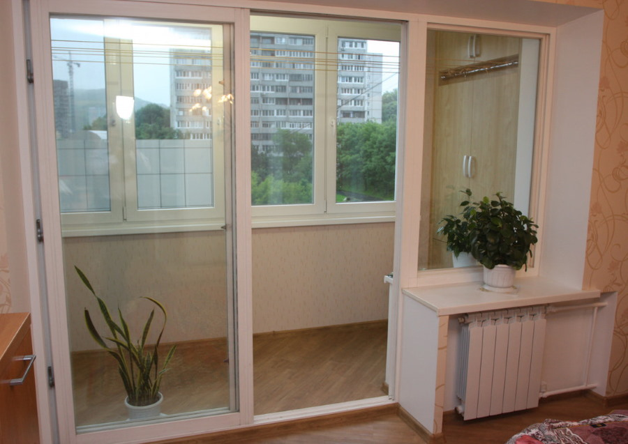 Панорамные двери на балконном блоке в квартире