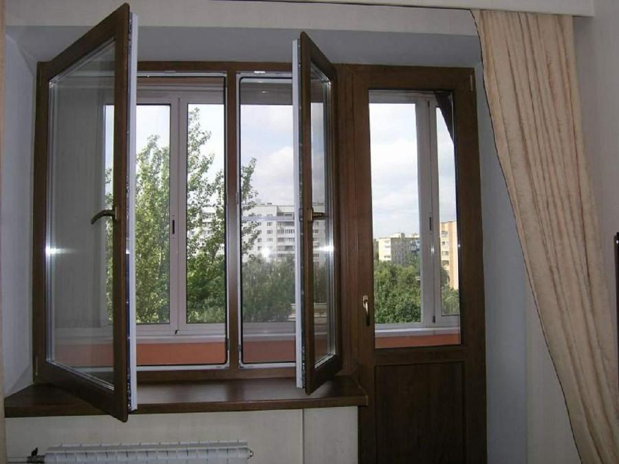 Открытые створки ПВХ-окна на балконном блоке