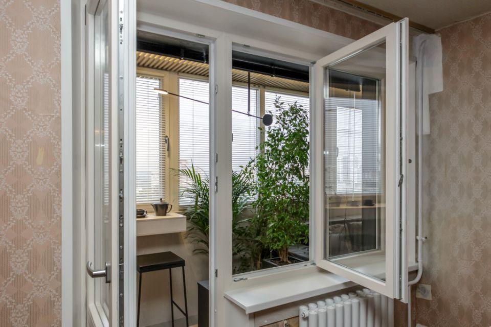 Балконный ПВХ-блок с распашной дверью