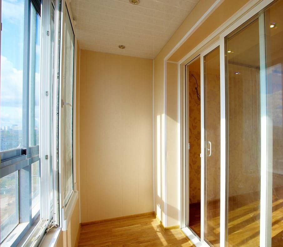 Портальный балконный блок из белого пластика