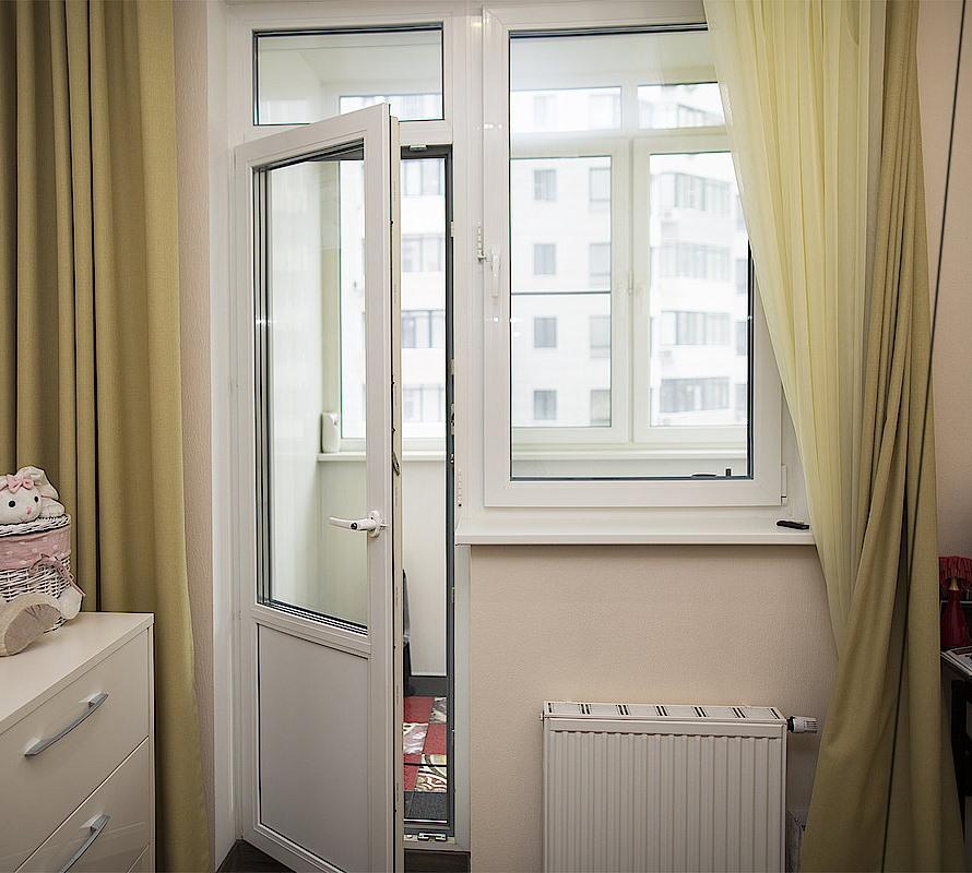 Приоткрытая дверь балконного блока в квартире
