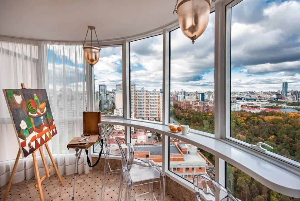 Узкая барная стойка на панорамном окне балкона