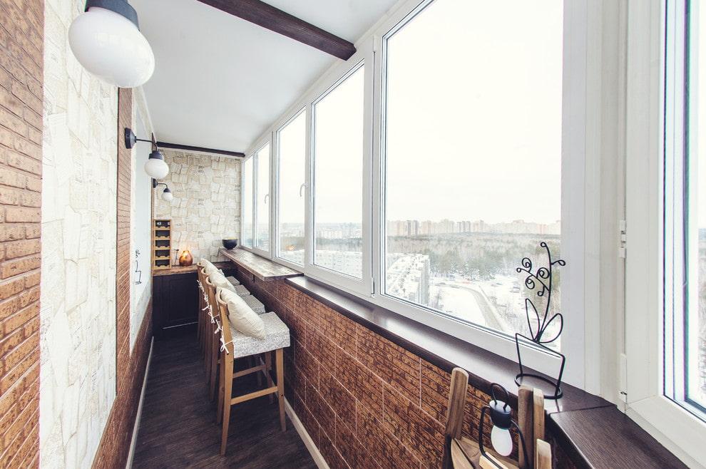 Полированная барная стойка на балконе в лофт стиле