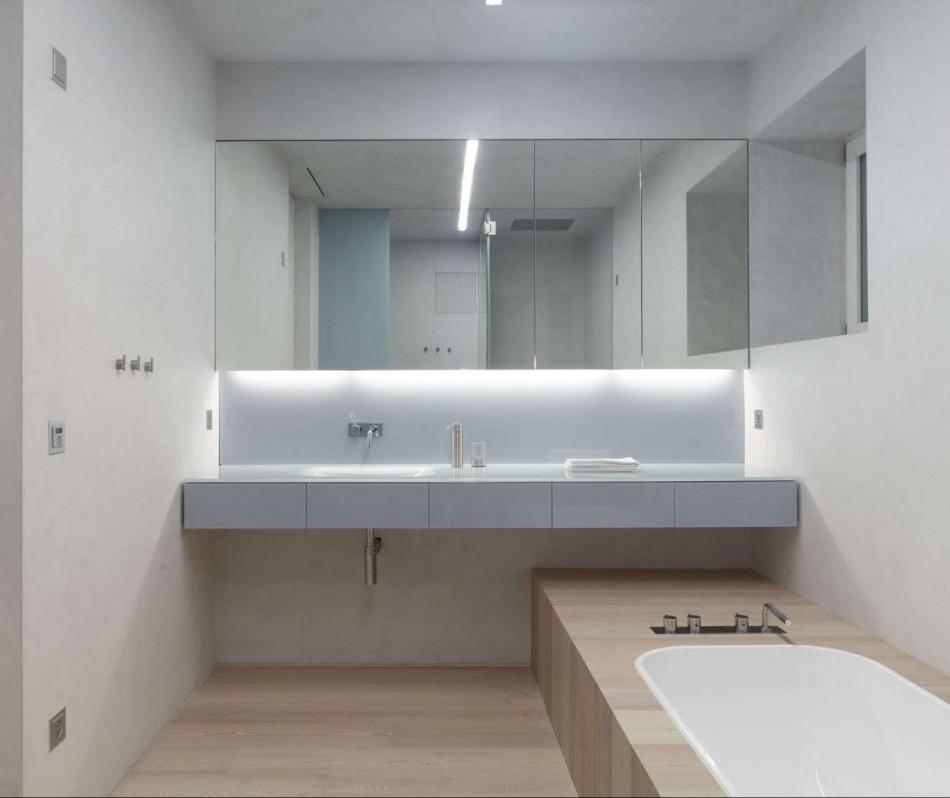 Белая отделка ванной в стиле минимализма