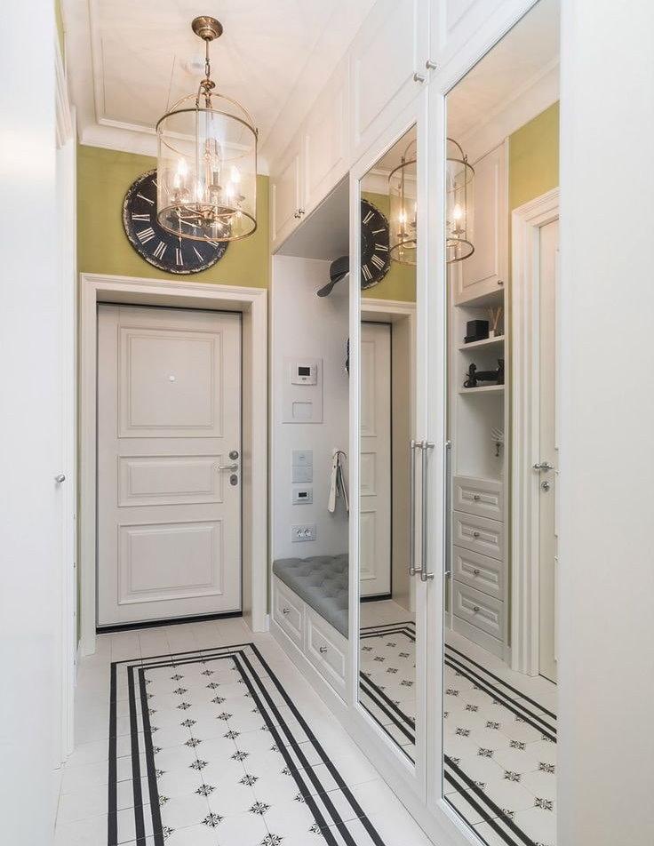 Белая встроенная прихожая в узком коридоре