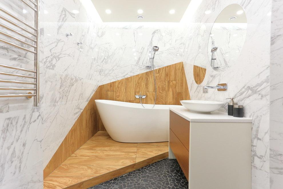 Комбинация деревянной отделки с мраморной плиткой в ванной