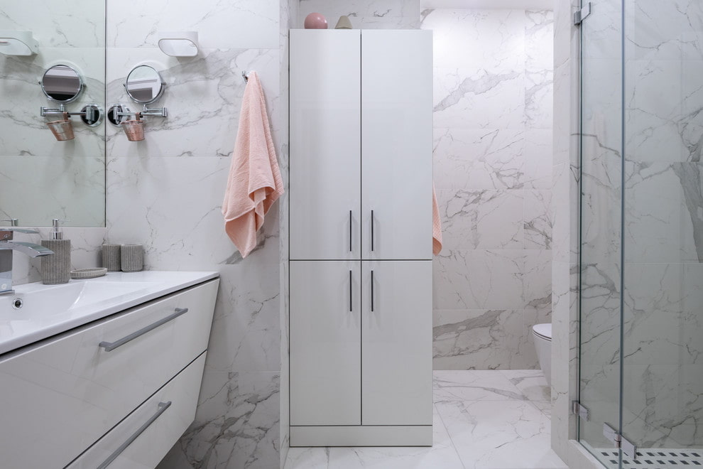 Белый шкаф в ванной комнате с мраморной плиткой