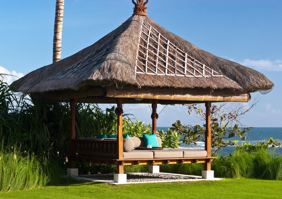 Бунгало-беседка с соломенной крышей