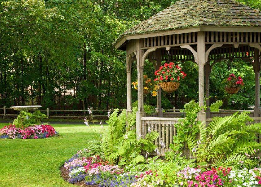 Старая беседка в укромном уголку садового участка