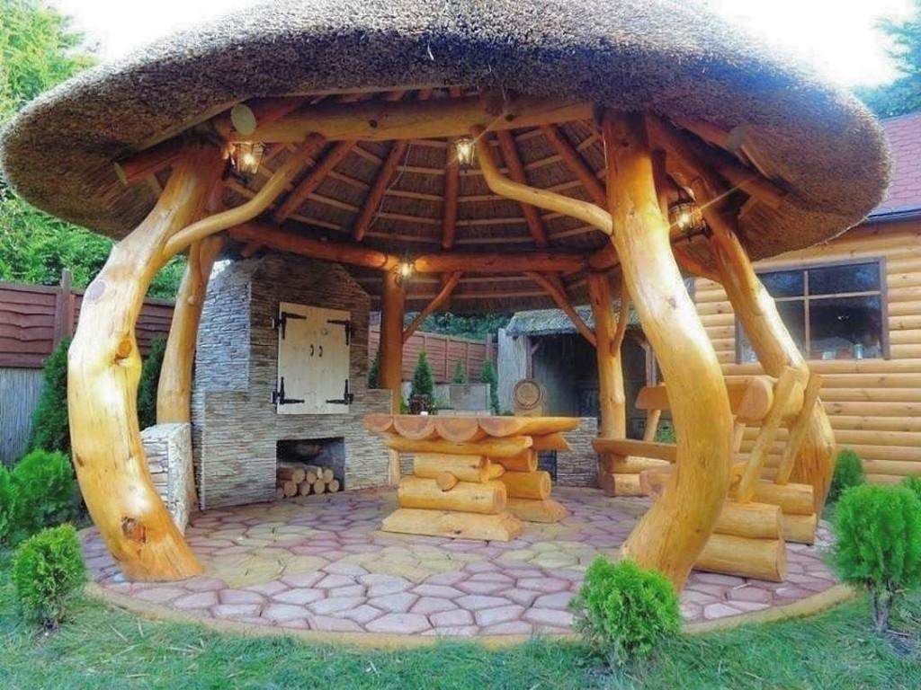Креативная беседка из гнутых стволов деревьев