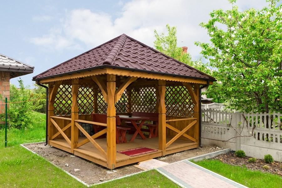 Садовая беседка с деревянным полом