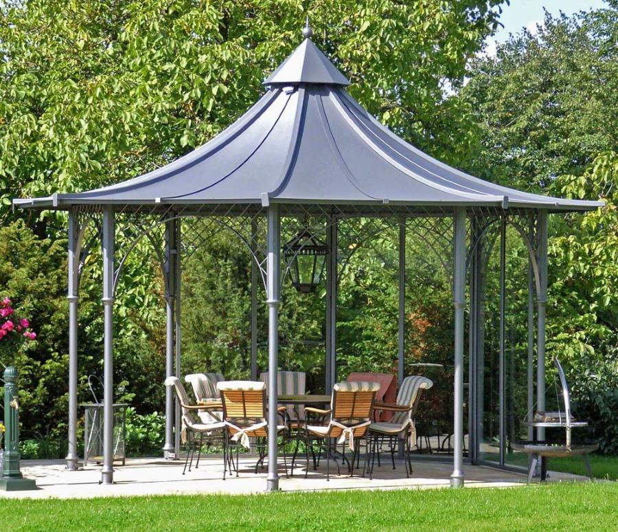 Садовая мебель в открытой беседке на даче