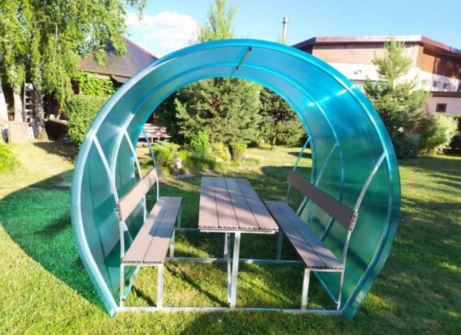 Небольшая беседка из поликарбоната со встроенной мебелью