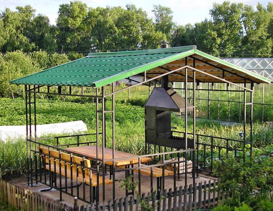Садовая беседка с крышей из металлочерепицы