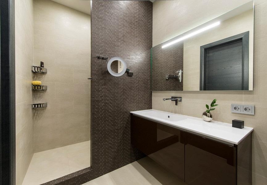 Ванная комната в стиле минимализма с коричневой плиткой