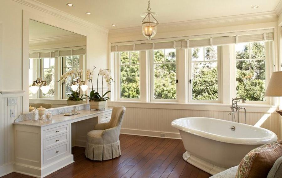 Расположение мебели в большой ванной с окном