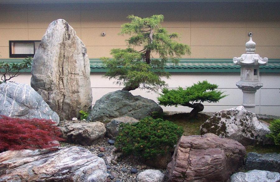 Альпийская горка с крупными камнями в японском стиле