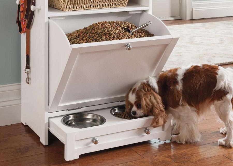 Шкаф-буфет с мисками для собаки в квартире