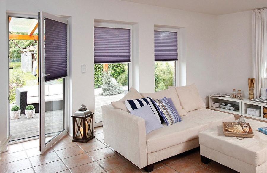Декор бумажными шторами стеклянной двери в доме