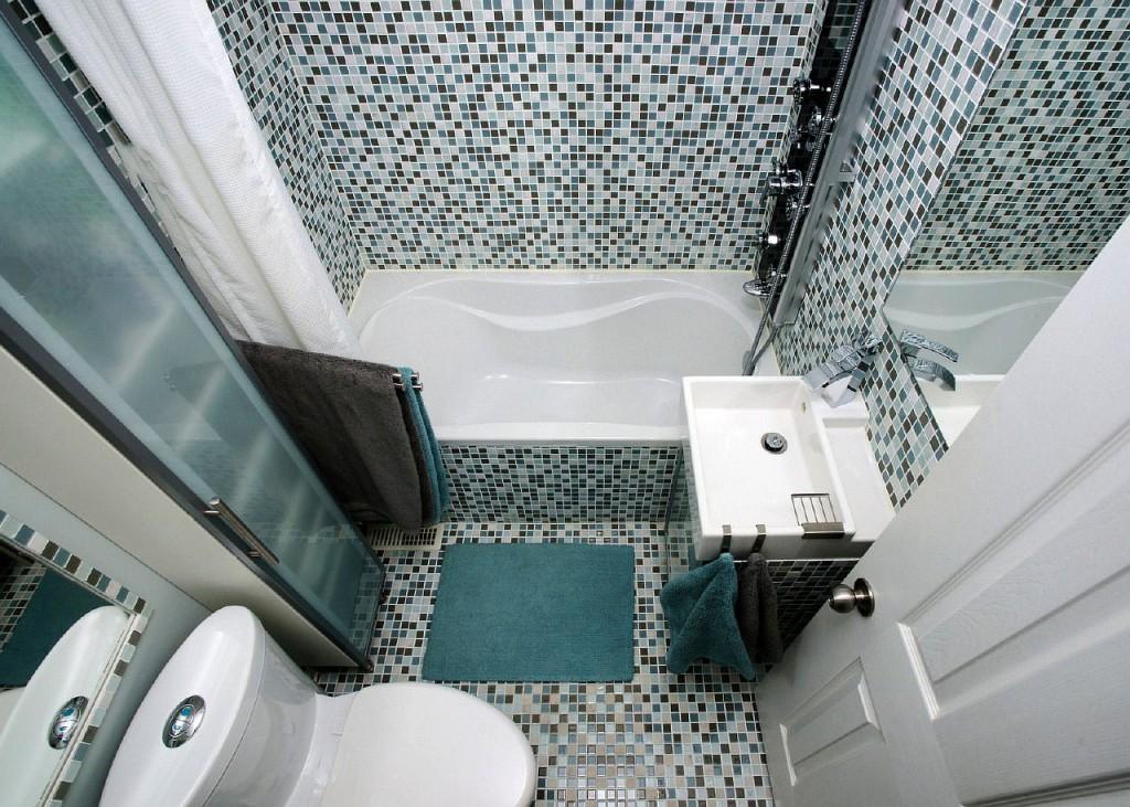 Черно-белая мозаика в интерьере ванной с унитазом