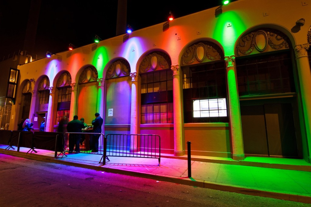 Цветная подсветка фасада коммерческого здания