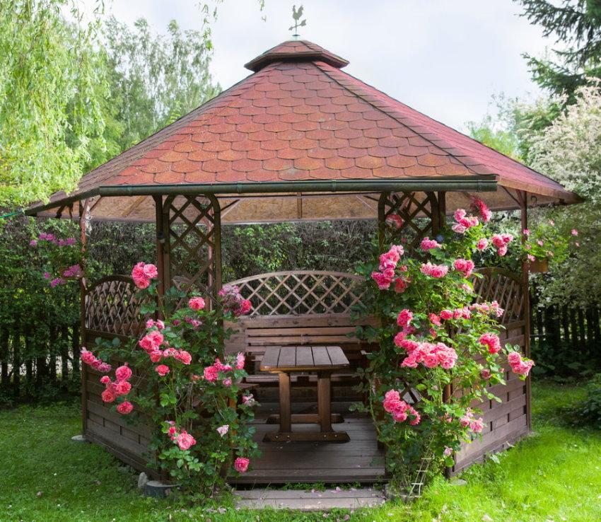 Декор розами стен летней беседки