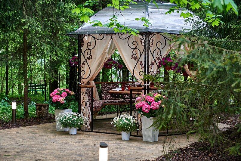 Декор металлической беседки цветущими растениями