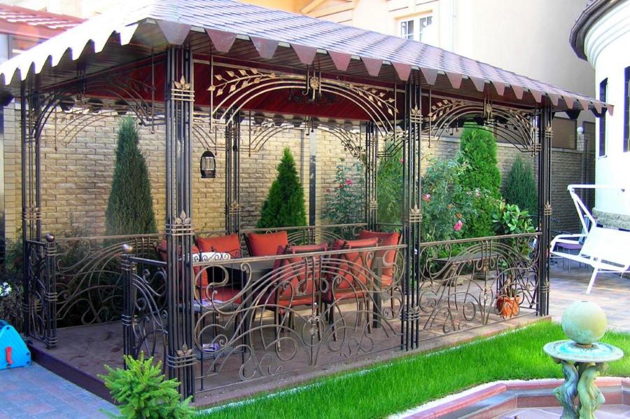 Декор металлической беседки ручной ковкой