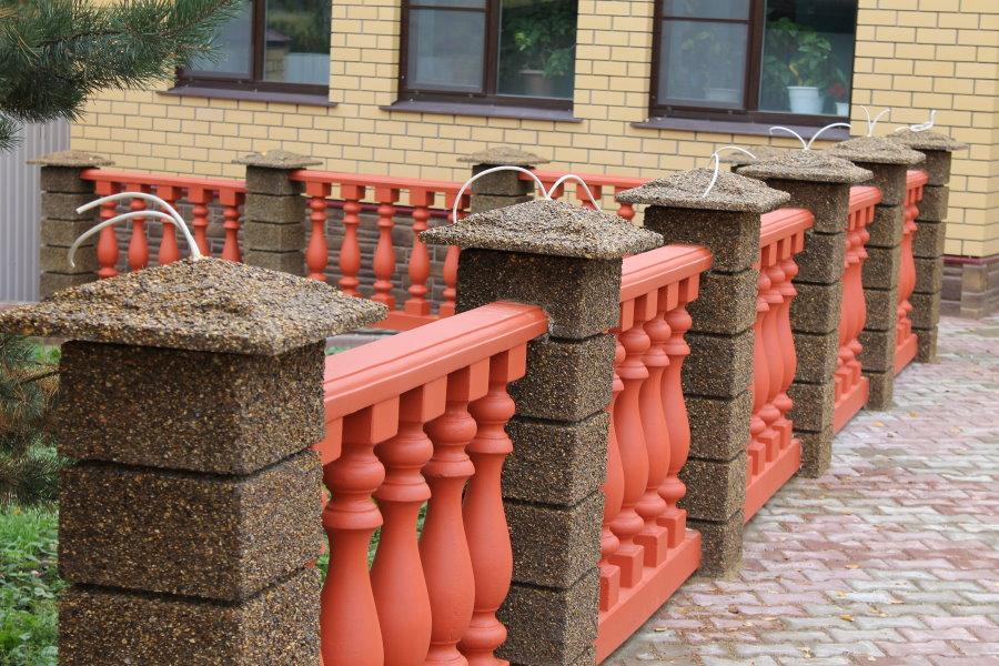 Декорирование низкого забора с бетонными столбами