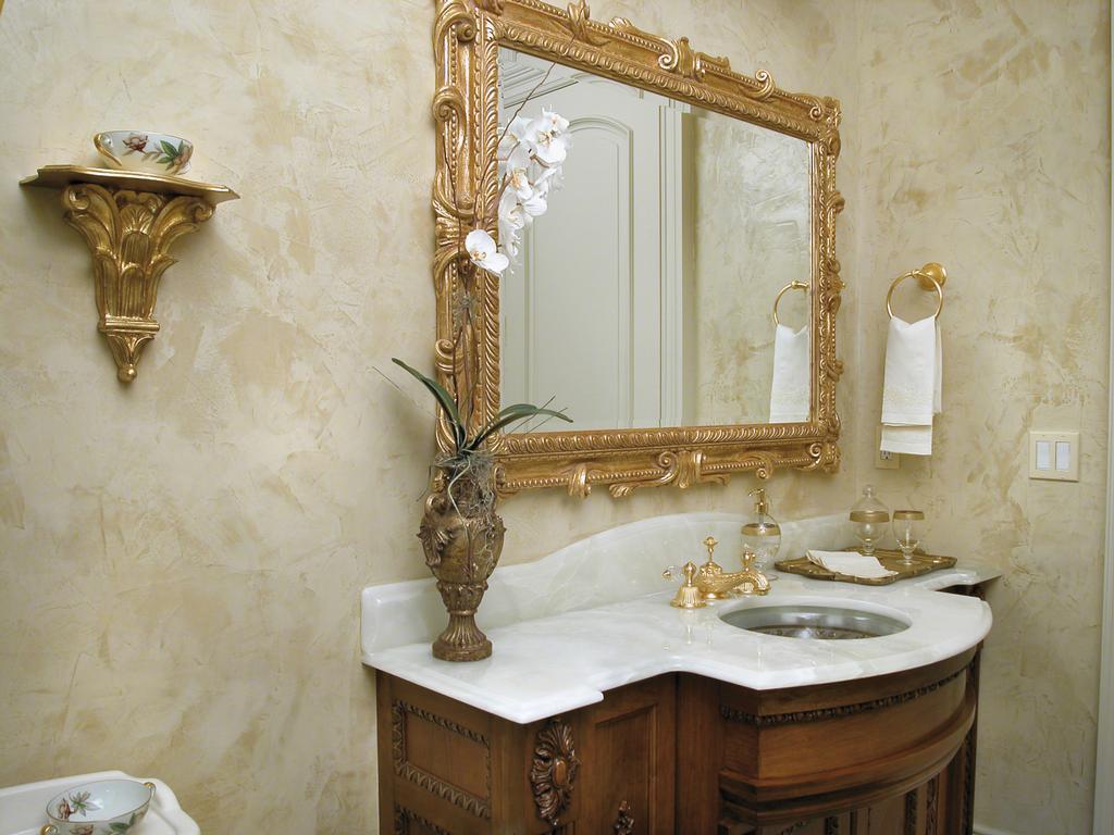 Декоративная штукатурка в ванной с позолоченным декором