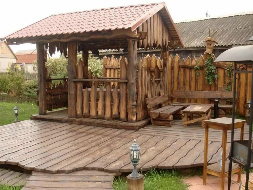 Дощатая площадка перед беседкой в деревенском стиле