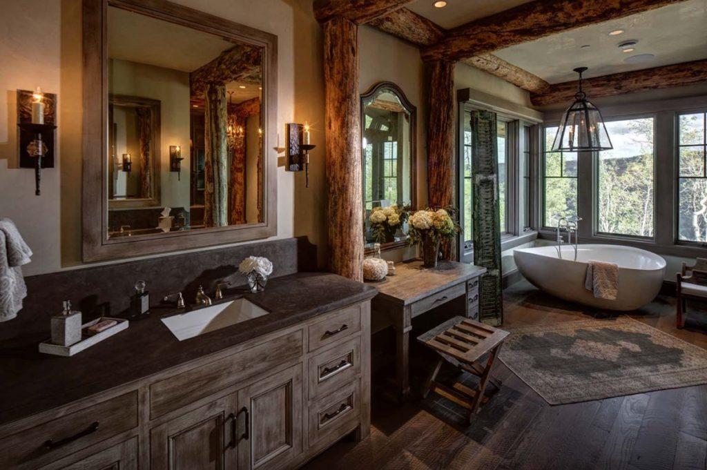 Меблировка просторной ванной комнаты в стиле кантри