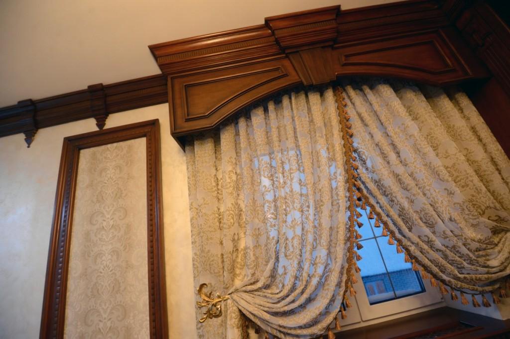 Массивный багет из дерева на окне кухни
