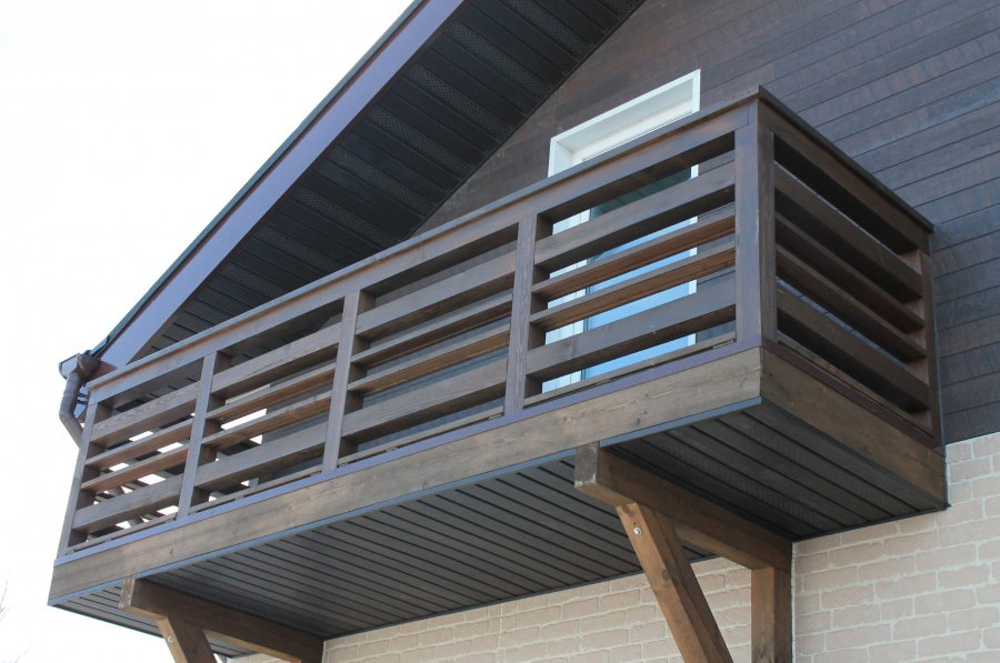 Деревянный балкон на доме с жилой мансардой