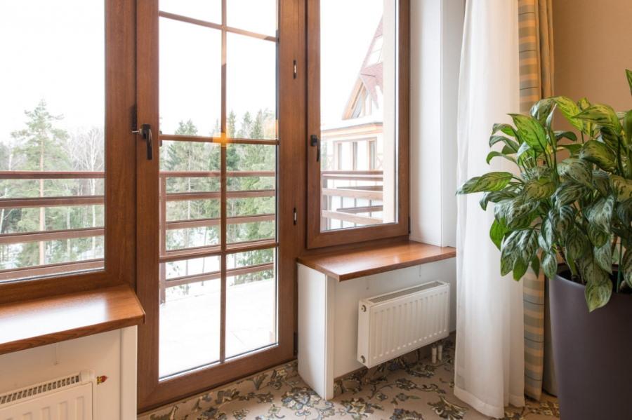 Деревянный балконный блок в гостиной частного дома