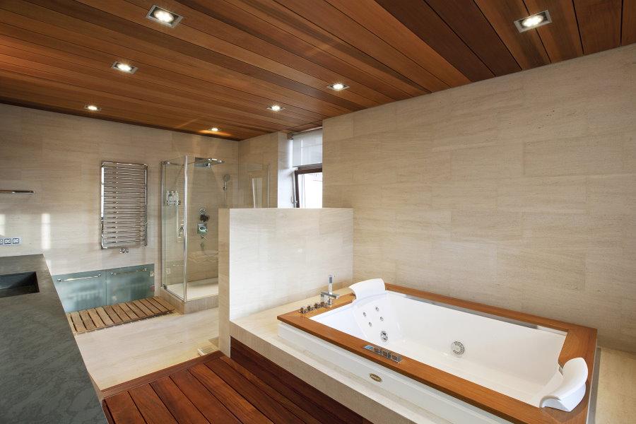 Деревянные панели в ванной деревенского дома