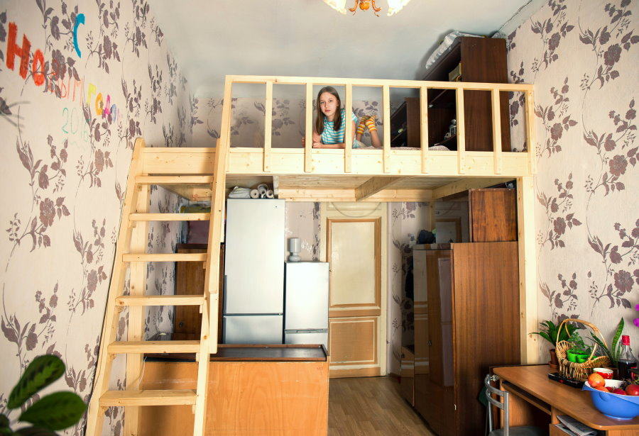 Комната для подростка на втором ярусе малогабаритной квартиры