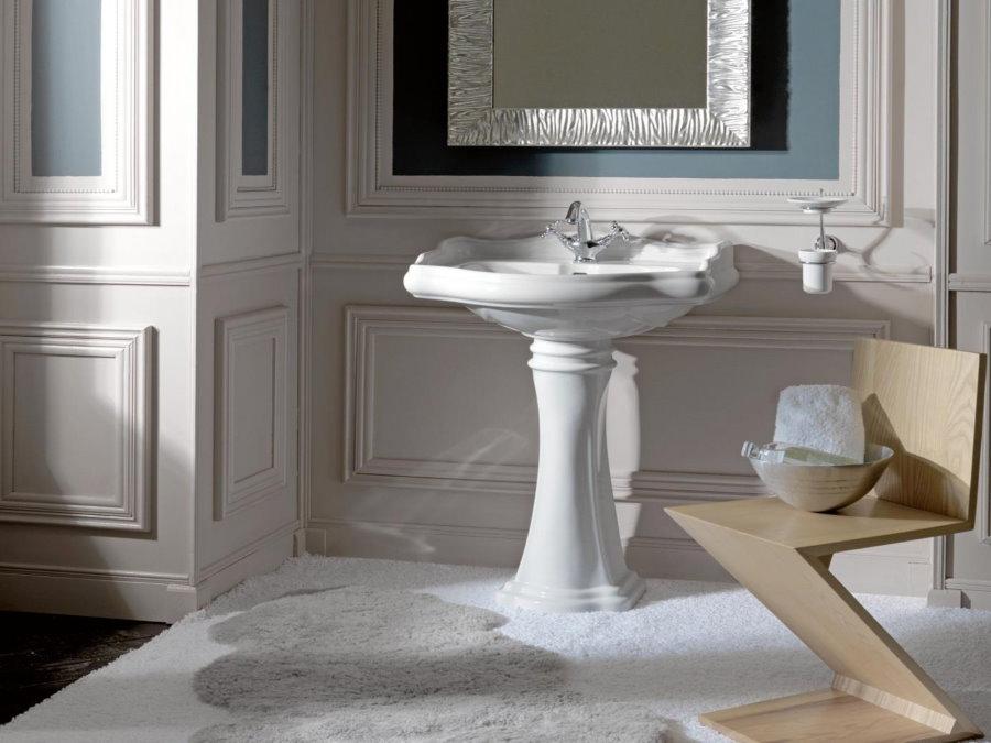 Тюльпанообразная раковина в ванной классического стиля