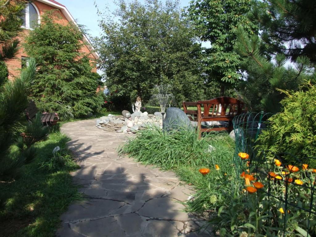 Каменная дорожка через сад к дачному дому