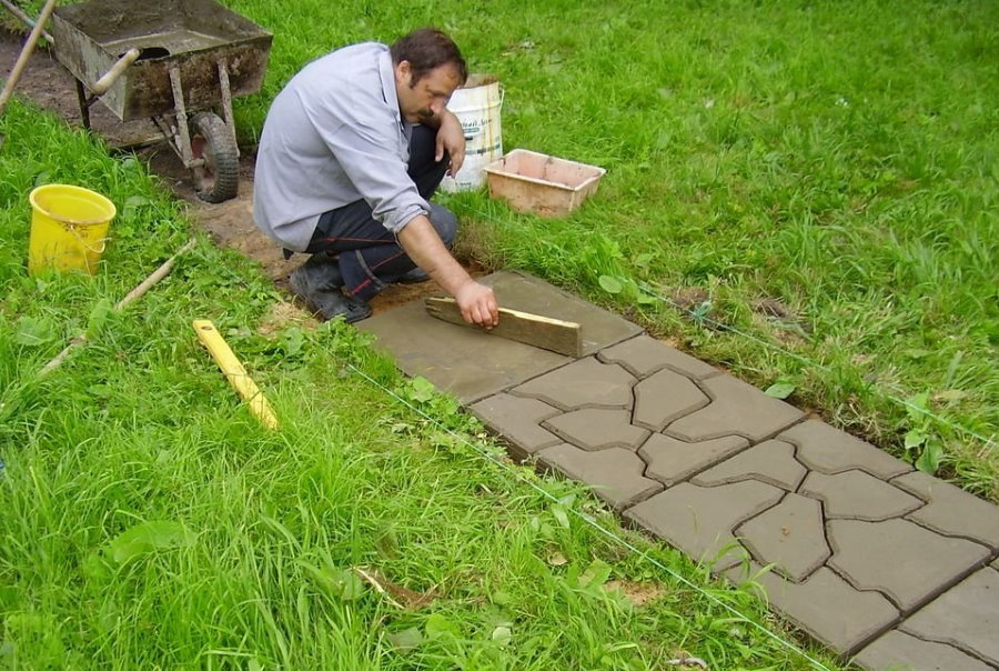 Садовая дорожка из цемента своими руками