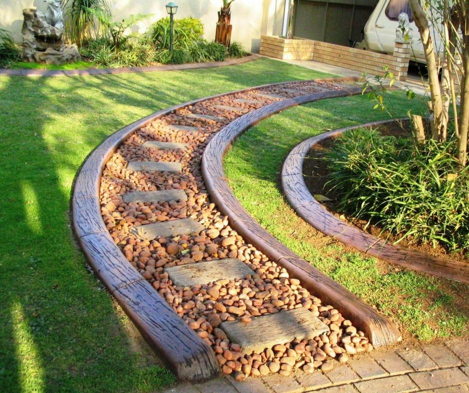 Садовая дорожка из дерева и камня