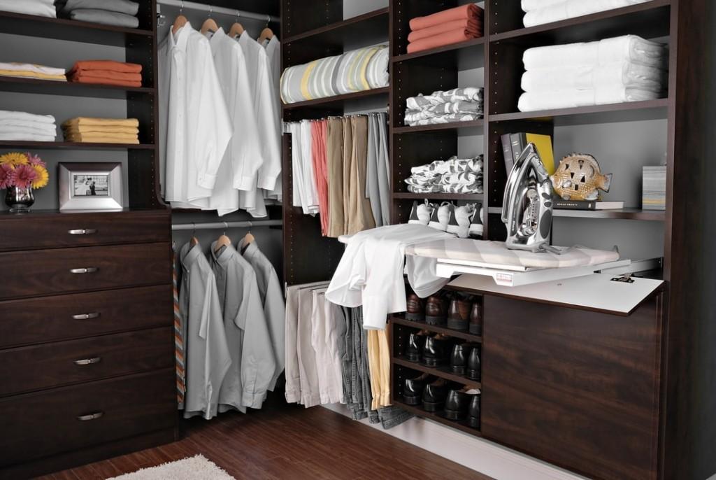 Откидная гладильная доска в небольшой гардеробной