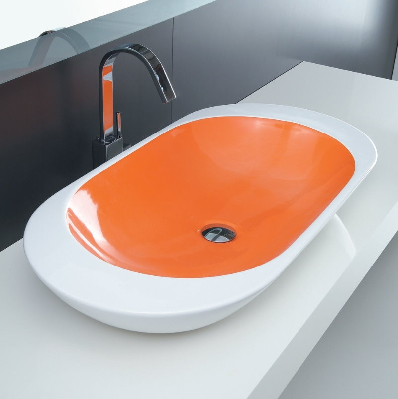 Оранжево-белая раковина в ванной комнате