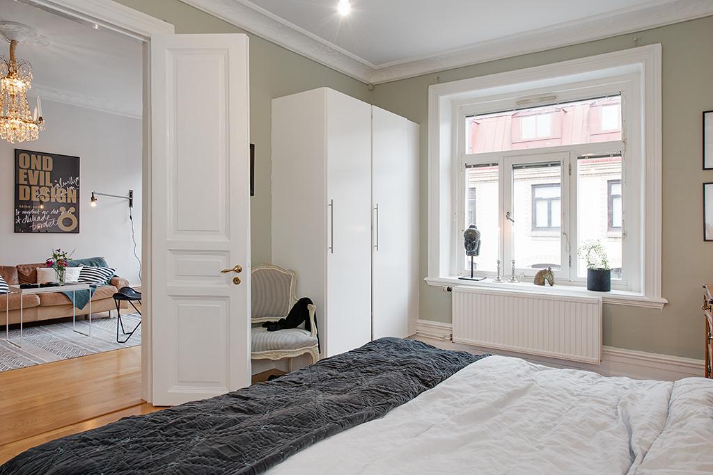 Интерьер просторной спальни в стиле сканди