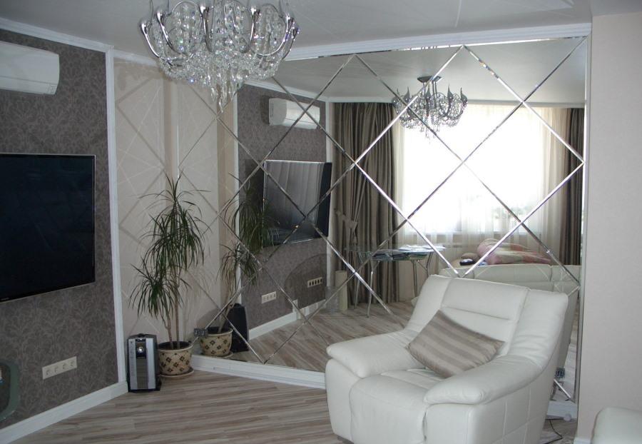 Отделка зеркалами стены в гостиной комнате