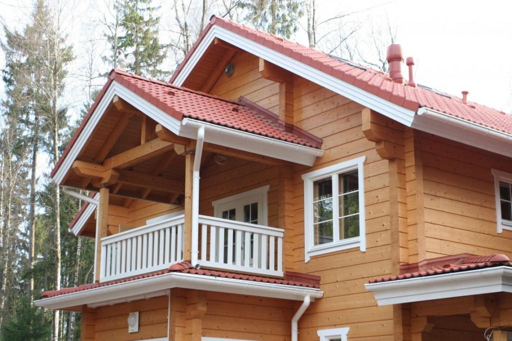 Белые перила на балконе деревянного дома
