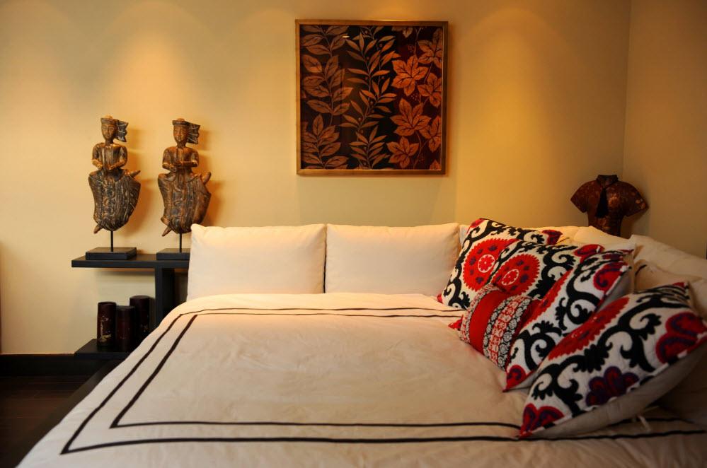 Декор подушками интерьера комнаты в этническом стиле