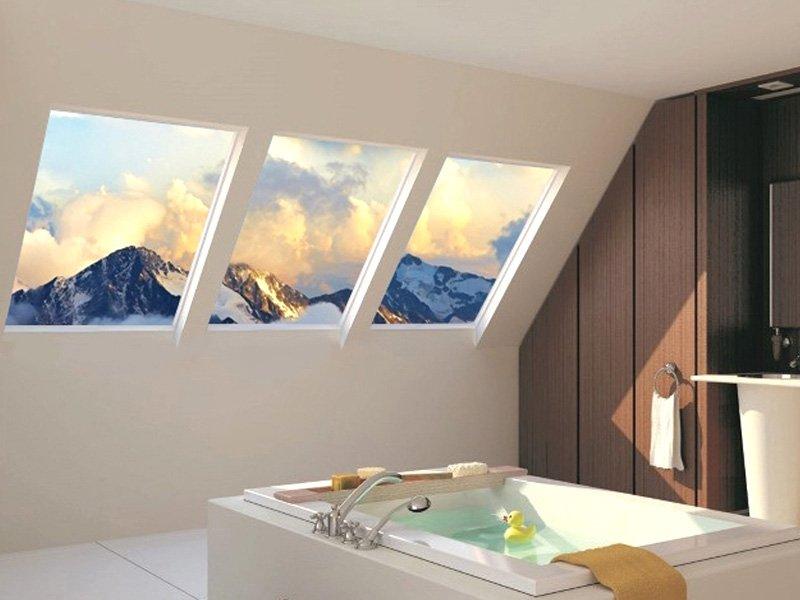 Фальш-окна с дисплеем в ванной на мансарде
