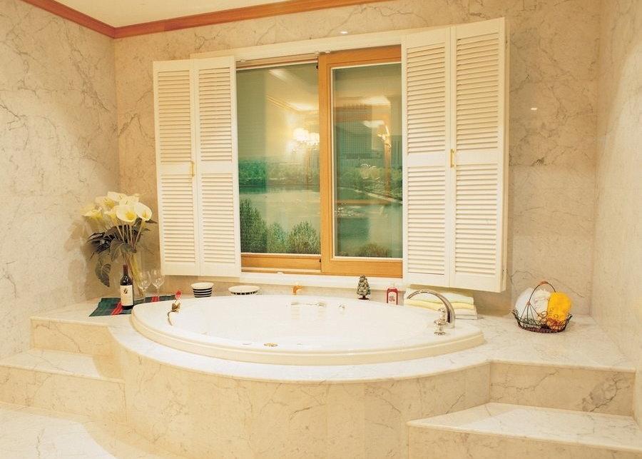 Имитация настоящего окна в ванной комнате