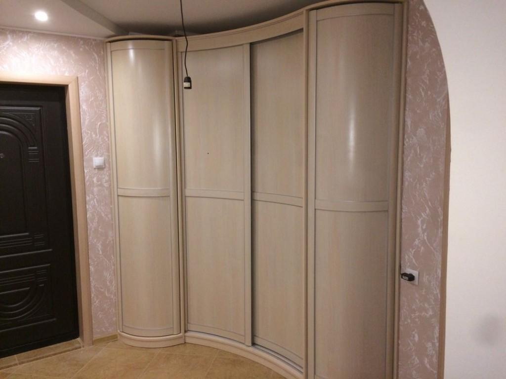 Комбинированные фасады на угловом шкафу в коридоре